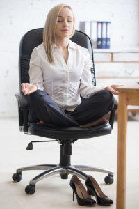 pause detente sur tapis ou chaise